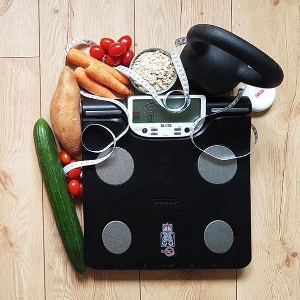 Eine Waage, kettlebell, Maßband, und gesunde Lebensmittel