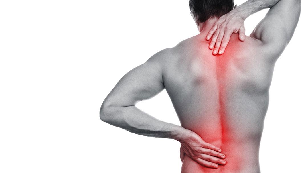 Ein Mann hat Rückenschmerzen