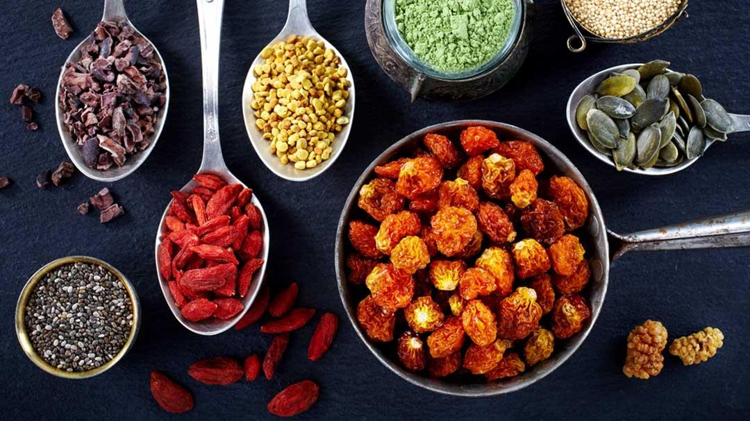 Superfoods wie Chia-Samen, Matcha-Tee und Acai-Beeren sind auf Löffeln serviert